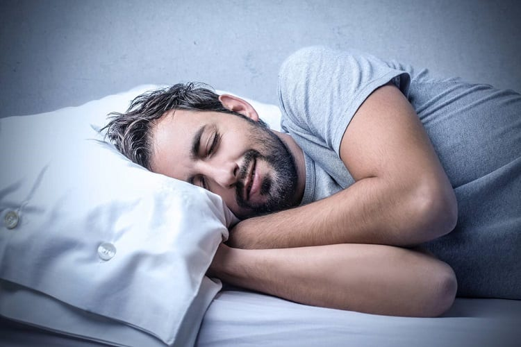 man sleeps without backpain